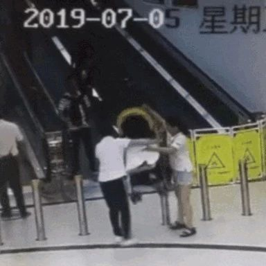 超市�T工�兔μ��很�,����滑落摔至昏迷!�W友吵翻了…