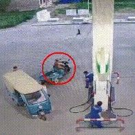 男子在加油站�c��,�Y果工作人�T放大招…��l太精彩!