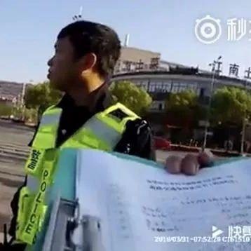 电动车闯红灯被撞,要求判汽车责任,交警怼的太好了!网友:太解气了!