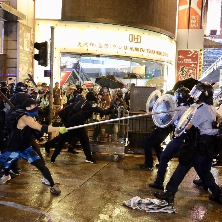 昨晚,�y港暴徒竟��攻警察!