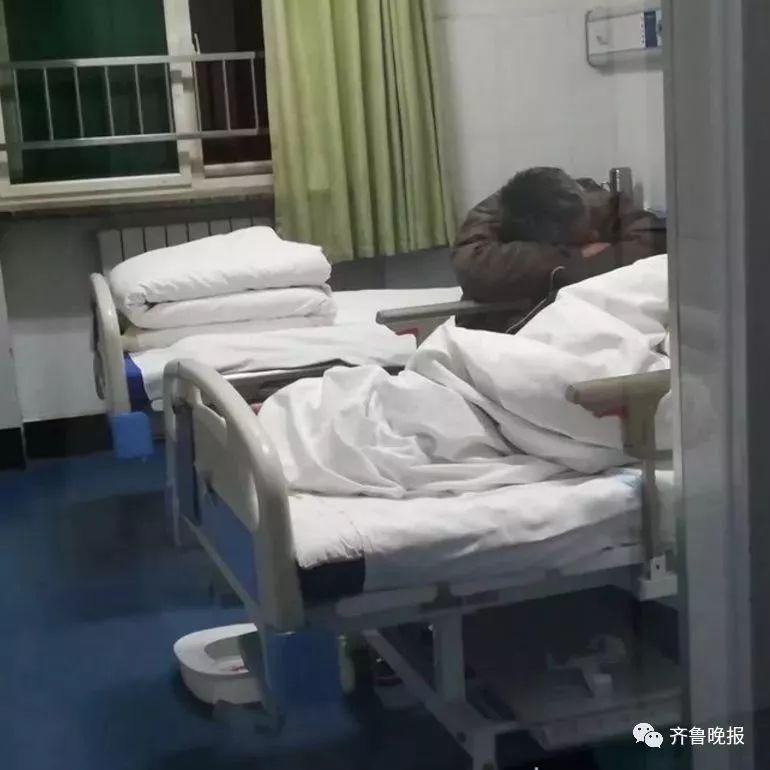 ?暖心!50岁男子彻夜趴病床边陪护老父亲!网友:你养我小,我养你老…