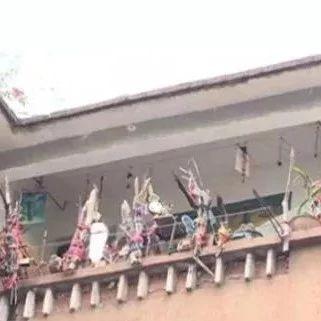 她在自家阳台上挂了100多面镜子!说对面楼……妖气太重