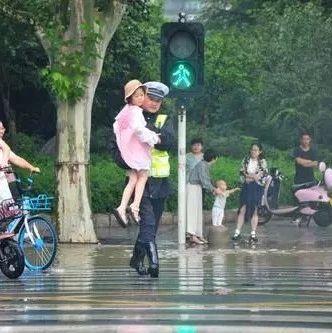 就算�@座城市被大雨�h抱,我依然�o你最暖的�肀�