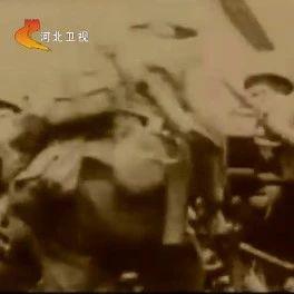 河北卫视报道高阳藉抗日英雄佟麟阁――誓与卢?#30331;?#20849;存亡