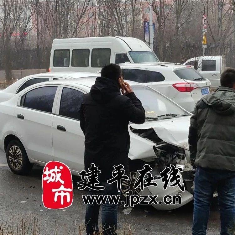 事故突发:今早,建平一高门前因路边结冰打滑发生多起交通事故,紧急提醒!