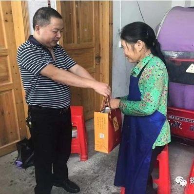 非常开心!筠连联合苗乡的一些贫困户得到了送上门来的月饼!