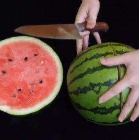 挑西瓜时别再用手拍了,教你个方法,保证又红又甜又好吃!