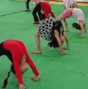 警惕!6岁女童只因做了个动作竟致瘫痪!每个人都应该看看!