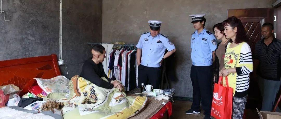 筠�B巡司交警中�在�栏�谭ǖ耐��r,也有柔情似水的一面...