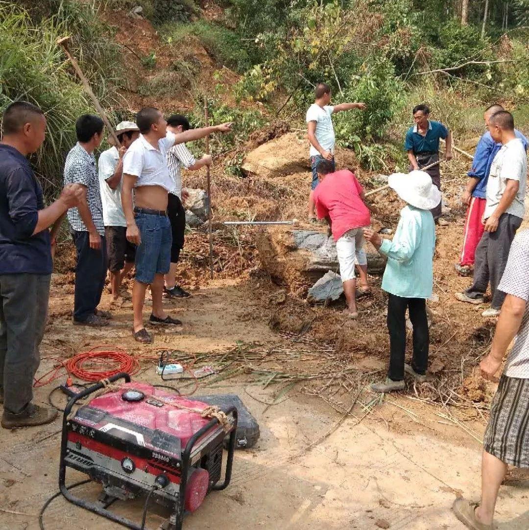 筠连维新自由村50多个村民拿起锄头、铁锤干了起来...