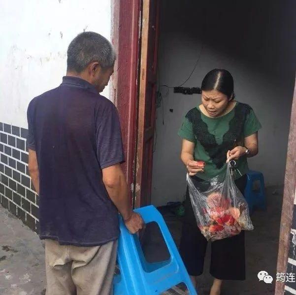 惊险!筠连孔雀乡一村民正准备食用野生菌时,被扶贫干部制止!原来...