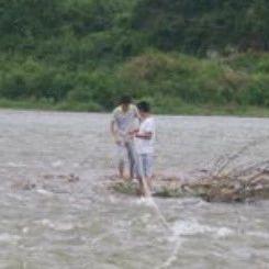 筠连一男子垂钓时突发涨水被困河中央,警、消联合将其救回!!