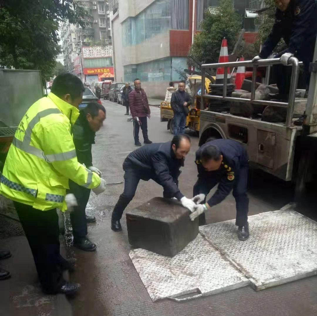 公共停车位不可随意占用!筠连清理占用停车位水泥墩40多个!