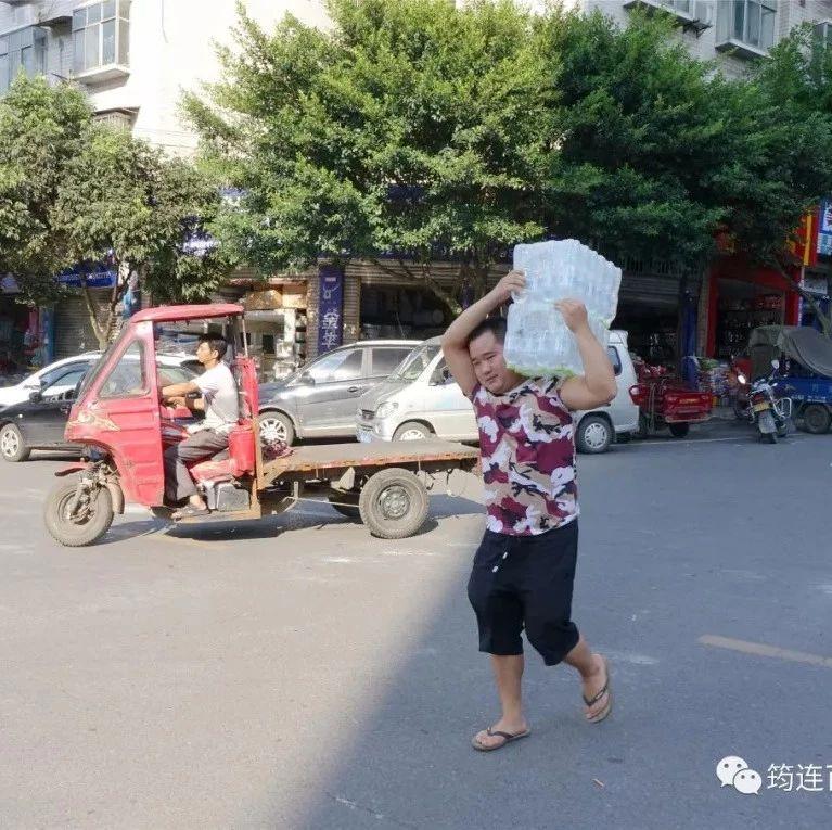 筠连一男子在街上扛着两大箱矿泉水走得飞快,原来是去干这事!