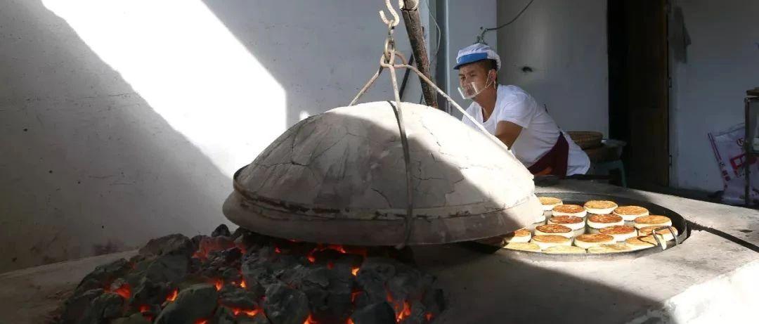 是什么��@群人在接近40℃的高�叵��著火�t烤火,��h出��香味?