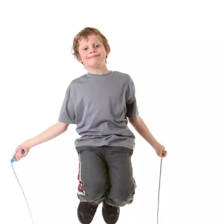 每天跳绳1000个,12岁男孩成了班里最矮的!爸爸知道真相崩溃,一年白跳了