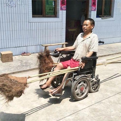 佩服:腾达一残疾人骑轮椅赶场维持家人生活!