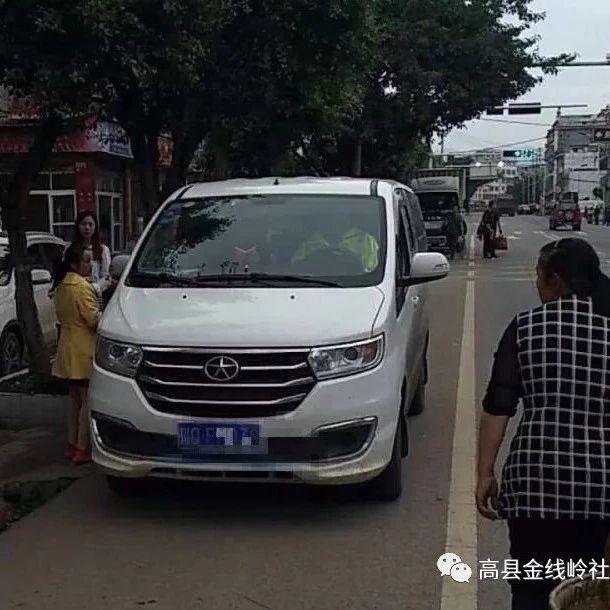 筠连维新一男子胆子大,开面包车超载4人,结果被逮住了!
