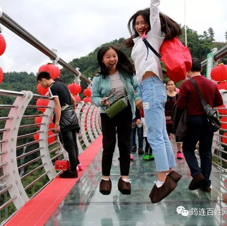 这些筠连人竟在长宁9D云海玻璃天桥上跳了起来!