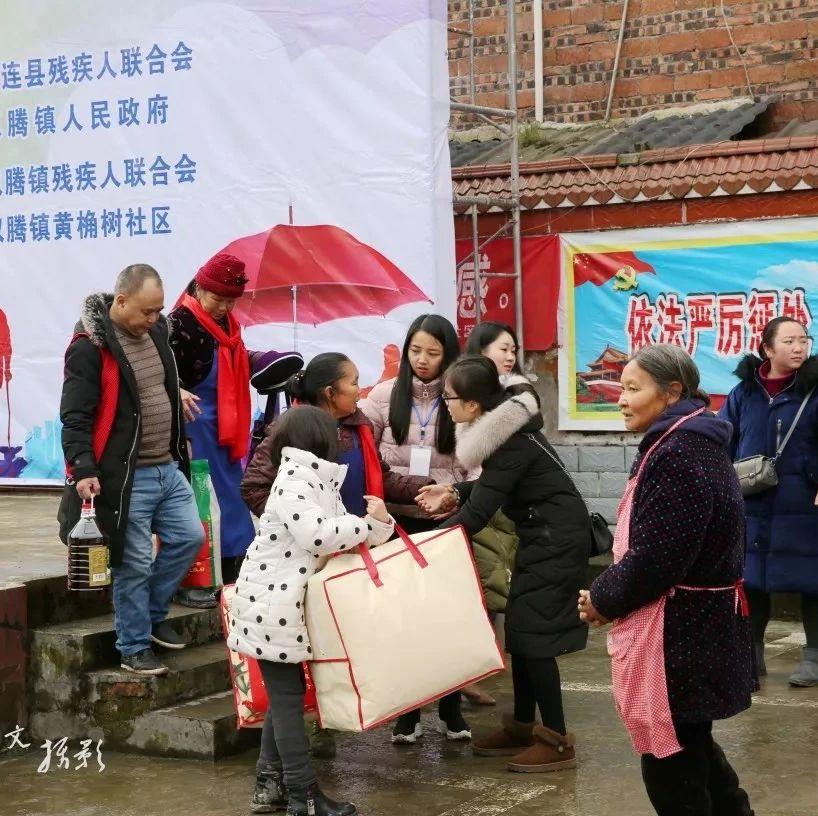 筠连双腾的广场围满了人!各种贴心的活动温暖了特殊的群体!