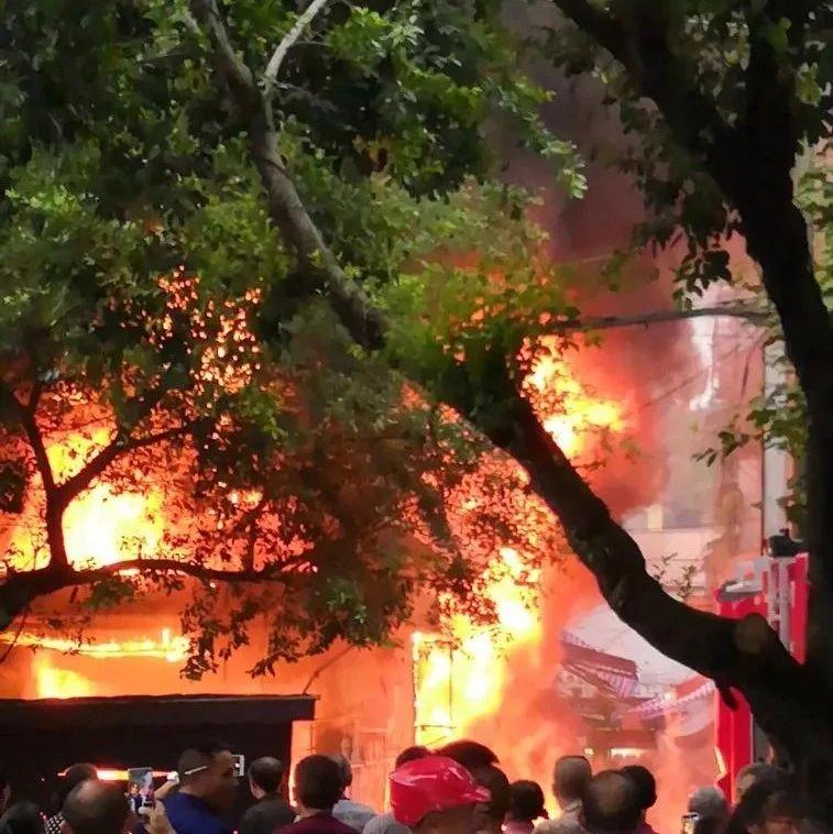 昨日,农贸市场一店铺起火,火势窜了三层楼高,附现场视频!
