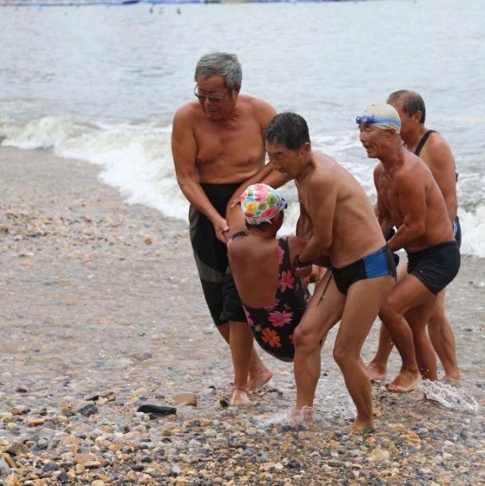 一名下半身没知觉的女子,被几个男人抬进海里,结果......