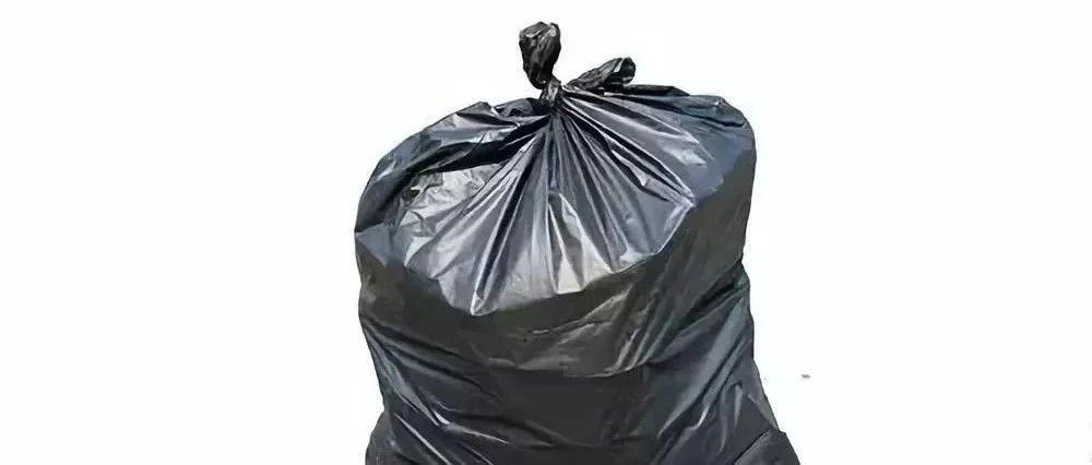 小区里散步险被垃圾砸中,垃圾袋里竟然写着她自己的名字!肇事者是谁?