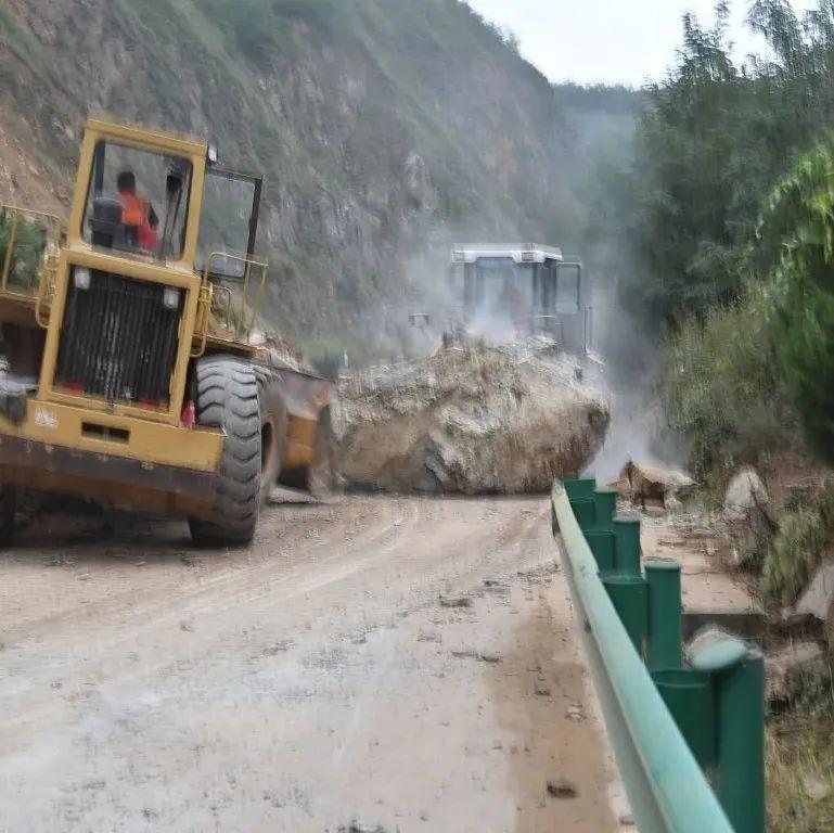 陇南:山体塌方阻断交通,公路部门连夜组织抢通