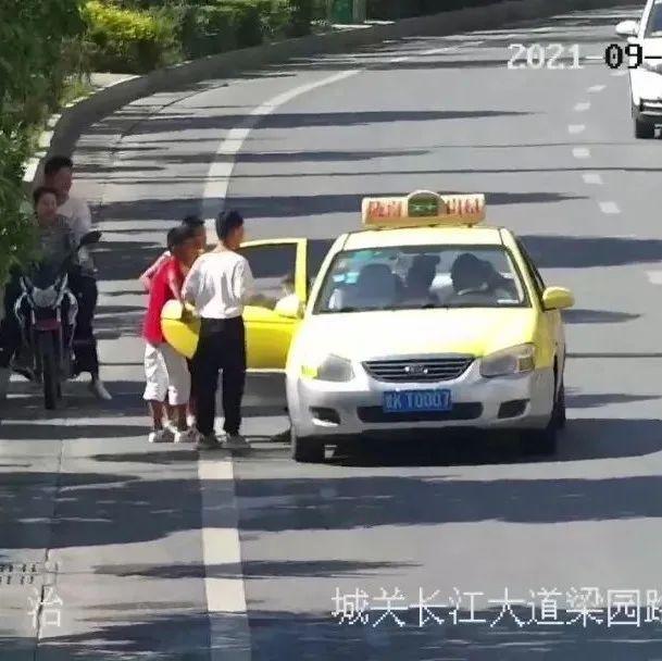 陇南市区出租车随意上下人交通违法行为曝光
