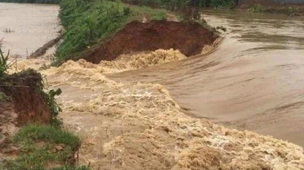 格尔木东台吉乃尔湖一挡水堤防溃决形成50米宽溃口,洪水蔓延!多部门救援!