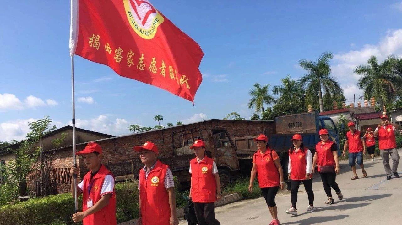 揭西客家志愿者服务队前往东星村慰问贫困孤寡老人