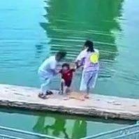 小男孩急中生智救下落水同伴,转身瞬间感动全潮汕!