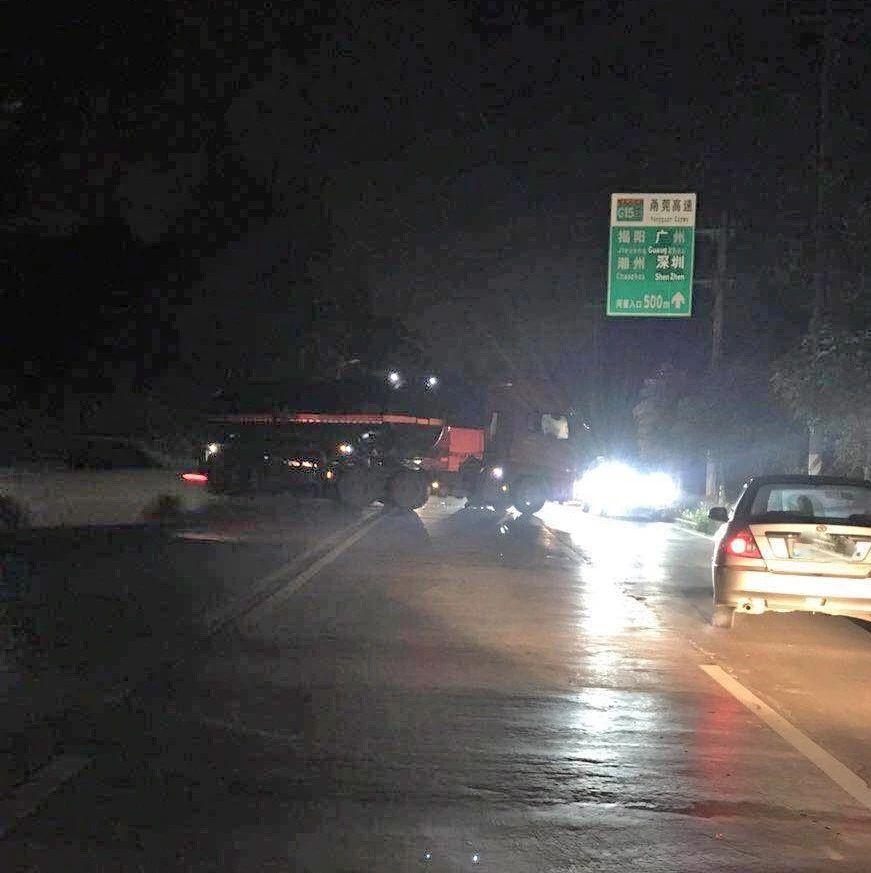 昨晚揭西一路段发生一起摩托车与大货车碰撞事故!