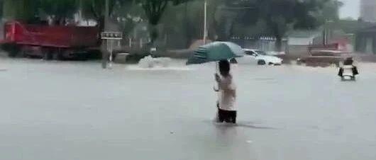"""揭阳一地暴雨红色预警,中小学、幼儿园�?�!这些地方成了""""水城""""..."""