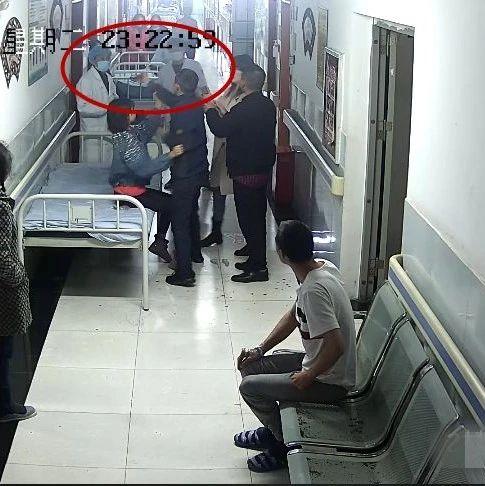 手机砸、拳头打!宜宾一男子半夜大闹医院打医生!结果……