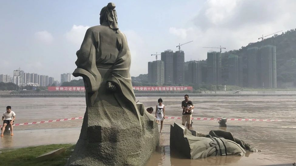 宜宾苏轼醉倒雕像成网红景点,引相继围观!设计团队赶来宜宾修复…