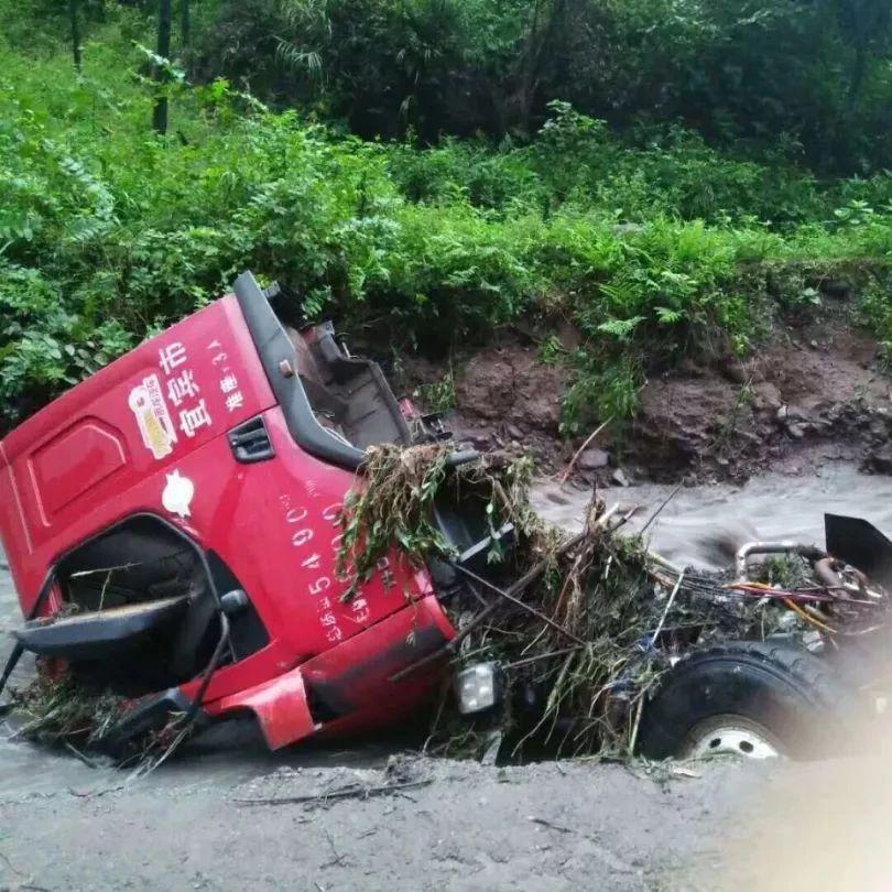 宜宾一乡镇山洪暴发,停在河边的一大型货车惨遭不幸!