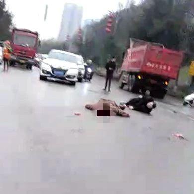 疑因闯红灯!宜宾南岸一电瓶车被大货车撞飞!1人当场死亡……
