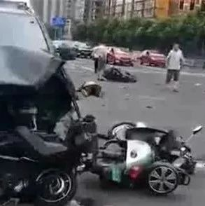 惨烈!黑色奔驰车闹市失控致3死10伤!肇事者穿拖鞋开车,疑似修理厂员工…
