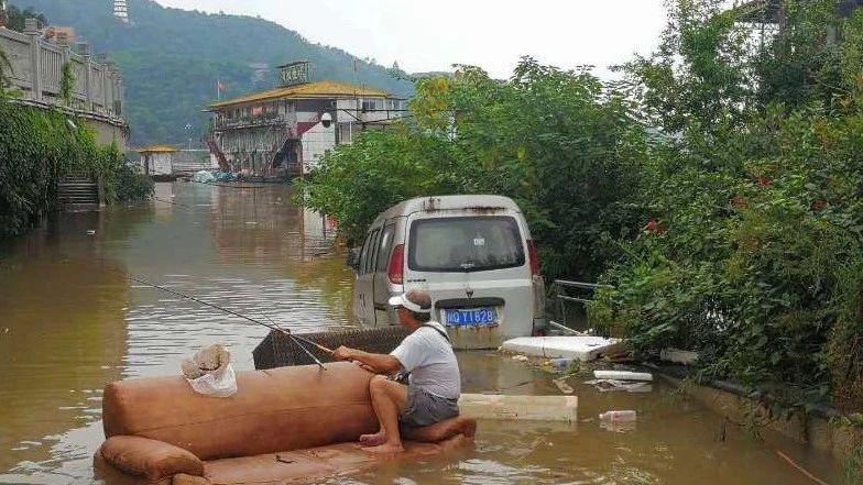 涨大水了!宜宾惊现淡定钓鱼哥!还有这两个人也在宜宾火了……