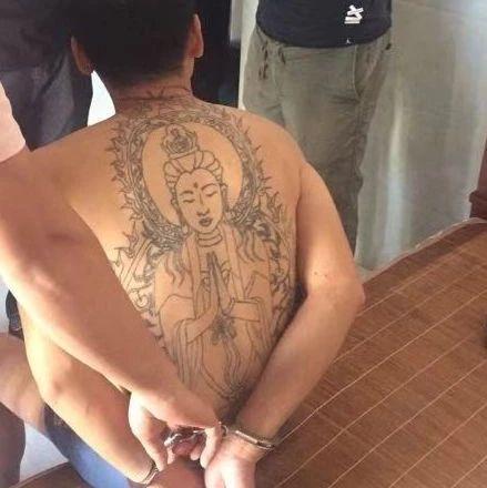 一男子背部纹一个硕大的观音头像,竟是为了…