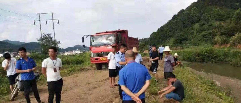 上栗:重拳出�粽�治一起非法采挖河沙行��