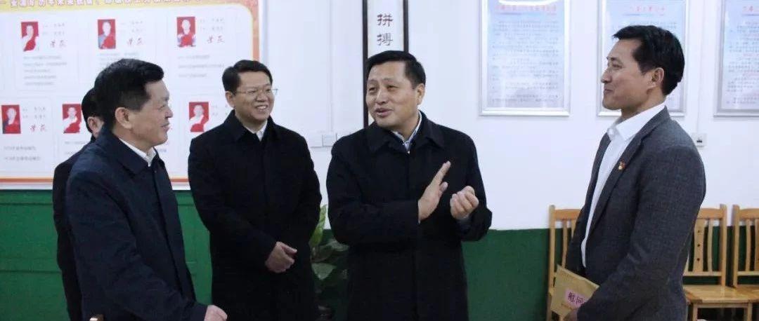萍�l市委���李小豹看望慰���h的十九大代表���砬�