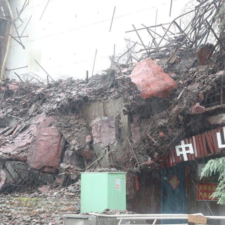 黛眉广场假山坍塌来往市民一定要注意安全!