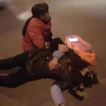 痛心!今晨,盐亭一老人送孩子上学过马路被撞・・・・现场哭声撕心裂肺