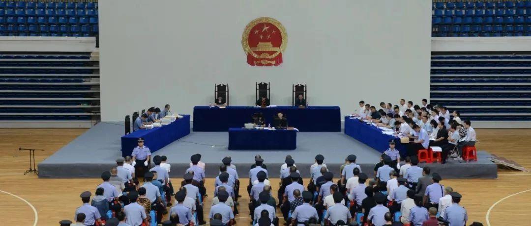 刘中央、钟长鹰等40人恶势力犯罪集团案在于都县体育中心公开开庭审理