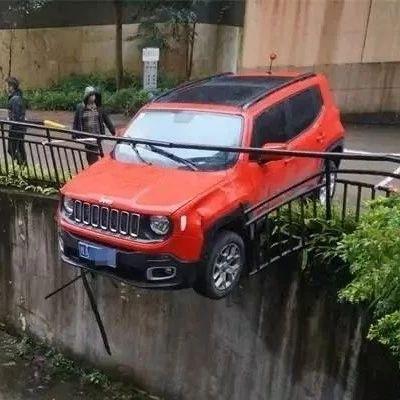 """令人窒息的操作!小车""""跳崖式""""卡在坡上,车尾的字亮了!"""