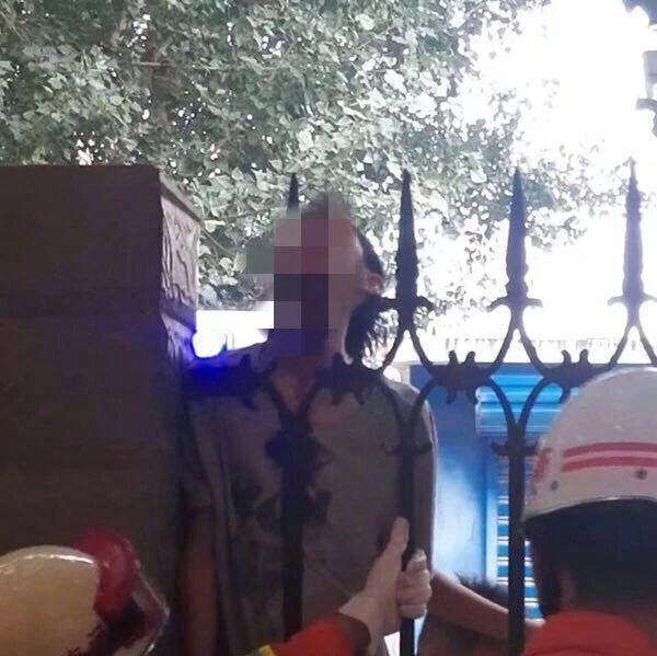 揪心!开学第一天,河南一学生翻学校围栏,被刺穿下巴,消防官兵紧急救援...