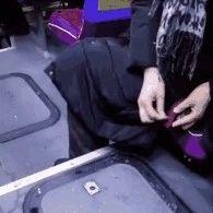 这位女士,你在公交车上偷偷做的事被发现了,大家都想找到你!
