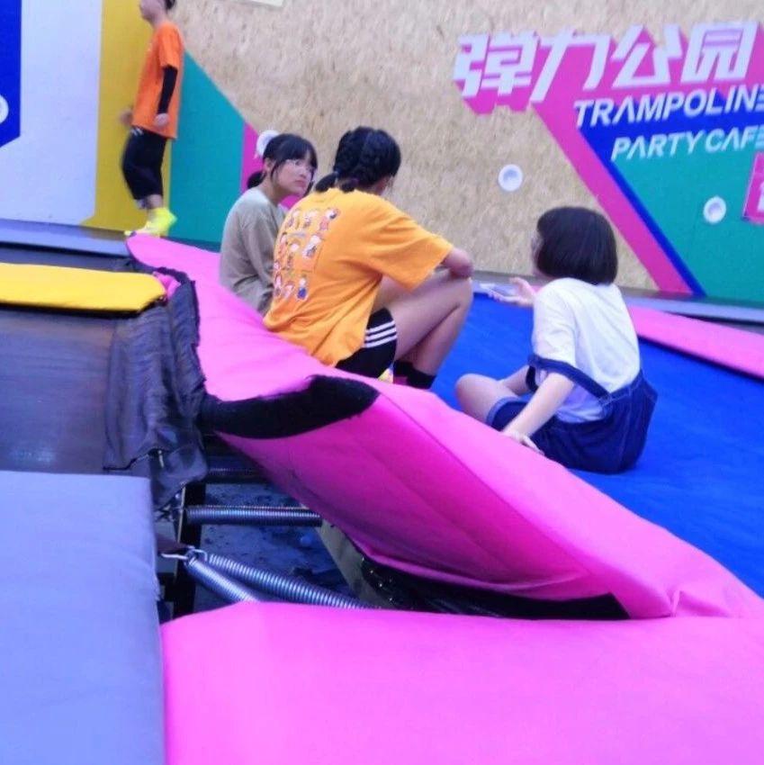 10岁女孩玩网红蹦床摔断右腿!监控视频拍下揪心一幕!